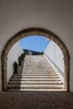 与梯子的隧道曲拱从石头 免版税库存图片