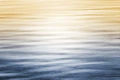 与梯度的海洋反射 免版税库存图片