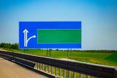 与梯度蓝天的大空白的高速公路路标 免版税库存图片