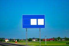 与梯度蓝天的大空白的高速公路路标 图库摄影