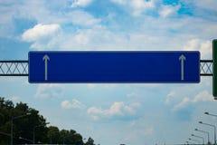 与梯度蓝天的大空白的高速公路路标 库存图片