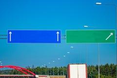 与梯度蓝天的大空白的高速公路路标 免版税图库摄影