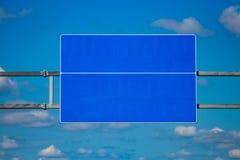 与梯度蓝天的大空白的高速公路路标 免版税库存照片