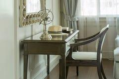 与梳妆台的经典木椅子 免版税库存图片