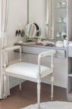 与梳妆台的经典白色椅子 库存照片
