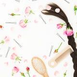 与梳子的框架头发称呼,发夹和桃红色玫瑰的在白色背景 秀丽博克构成 平的位置,顶视图 库存照片