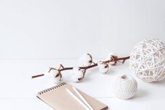 与棉花、球和笔记本的最小的典雅的构成 免版税库存照片