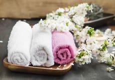 与棉花毛巾和花的温泉设置 库存照片