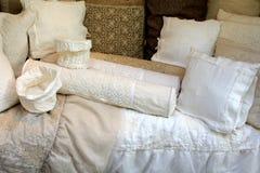 与棉花钩针编织鞋带的亚麻制枕头盒 免版税图库摄影