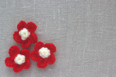 与棉花钩针编织的葡萄酒背景在亚麻布开花 手工制造被编织的装饰的圣诞节或情人节 免版税图库摄影