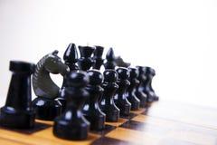 与棋子的概念在一个木棋盘 免版税图库摄影