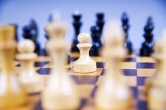 与棋子的概念在一个木棋盘 库存照片