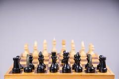 与棋子的概念在一个木棋盘 免版税库存图片