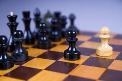 与棋子的概念在一个木棋盘 图库摄影