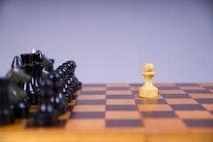 与棋子的概念在一个木棋盘 免版税库存照片