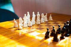 与棋的木桌在游戏室 免版税库存图片