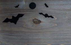 与棒和月亮的万圣夜场面反对 免版税库存图片