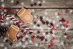 与棒棒糖、姜饼曲奇饼和杉木c的冬天构成 免版税库存照片