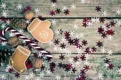 与棒棒糖、姜饼曲奇饼和核桃的冬天构成 免版税库存照片
