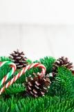 与棒棒糖的圣诞树分支在白色木书桌上 文本的平的位置空间 库存照片
