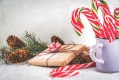 与棒棒糖的圣诞节礼物 库存图片