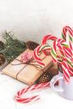 与棒棒糖的圣诞节礼物 免版税库存图片