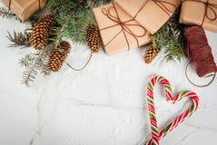 与棒棒糖的圣诞节背景 库存照片