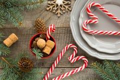 与棒棒糖的圣诞节装饰在木背景 库存图片