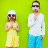与棒棒糖的孩子 图库摄影