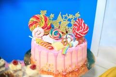 与棒棒糖的蛋糕 概念生日聚会,童年 图库摄影