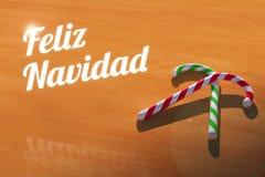 与棒棒糖的Feliz Navidad在木表贺卡 免版税库存图片