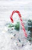 与棒棒糖藤茎的圣诞节背景 免版税库存照片