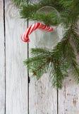 与棒棒糖藤茎的圣诞节背景 免版税图库摄影