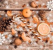 与棒棒糖,切片的冬天构成干桔子,杉木co 免版税库存图片