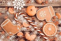 与棒棒糖,姜饼曲奇饼的冬天构成 免版税库存照片