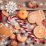 与棒棒糖,姜饼曲奇饼的冬天构成 库存图片