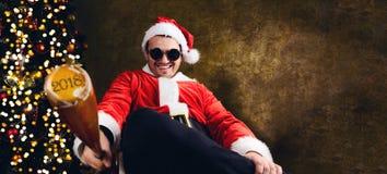 与棒球棒的坏圣诞老人 库存图片