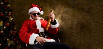 与棒球棒的坏圣诞老人 免版税库存照片