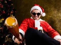 与棒球棒的坏圣诞老人 图库摄影