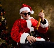 与棒球棒的坏圣诞老人 免版税库存图片