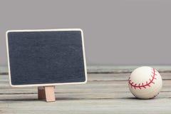 与棒球的空的copyspace黑板标志 免版税库存照片