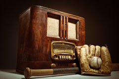 与棒球Mit和手套的古色古香的收音机 库存图片
