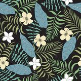 与棕榈叶和花的热带背景 无缝的植物群 库存照片