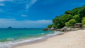 与棕榈树和小屋,完善的蜜月的田园诗海滩 库存照片