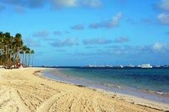 与棕榈树和小船的热带海滩 免版税图库摄影