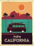 与棕榈树和搬运车的难看的东西减速火箭的金属标志 冲浪在加利福尼亚 葡萄酒广告海报 古板的设计 库存例证