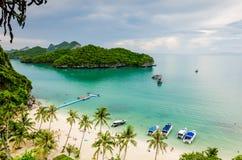 与棕榈树和白色沙子的热带海岛海滩 库存图片