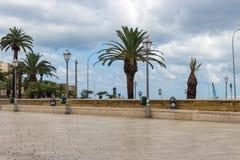 与棕榈树和街灯的空的正方形在巴里,意大利 结构安置威尼斯式意大利轻的宫殿 地中海横向 库存照片