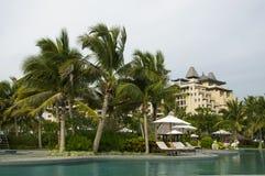 与棕榈树的旅馆视图 免版税库存图片