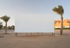 与棕榈树的空白的广告牌 库存图片